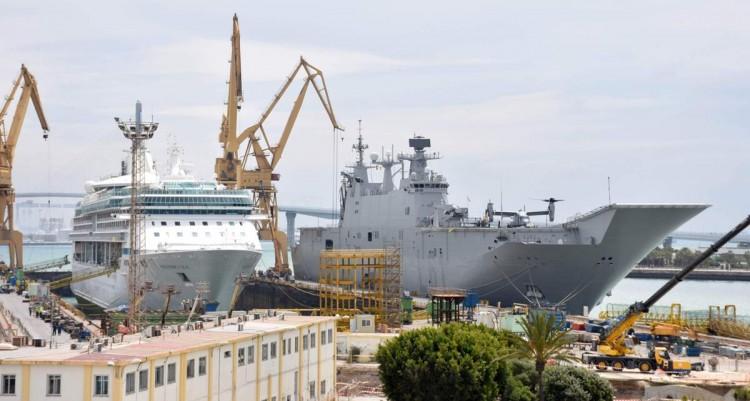 """El buque LHD """"Juan Carlos I"""", atracado al muelle de Navantia Cádiz"""