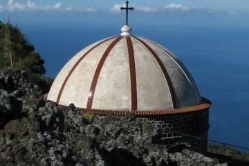 La ermita se levanta sobre las lavas de la erupción del volcán de El Charco (1712)