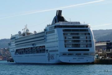 """El buque """"MSC Ópera"""", atracado en la terminal de trasatlánticos de Vigo"""