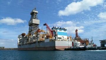 """Maniobra del buque """"Ensco DS-6"""", ayer, en el puerto tinerfeño"""