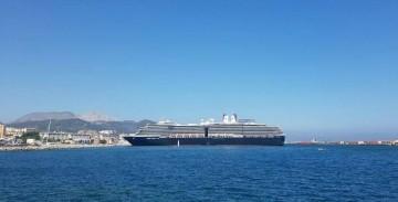 """El buque """"Oosterdam"""", visto en toda su eslora por la banda de babor"""