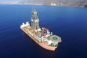 """El buque perforador """"West Capella"""", fondeado al resguardo de Anaga"""