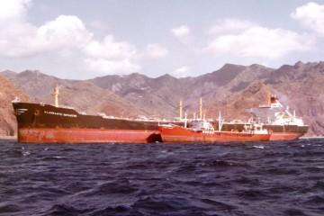 """El petrolero """"Almirante Rotaeche·, en Santa Cruz de Tenerife. Abarloado, como """"bunker ship"""", el petrolero """"Ciudad Rodrigo"""""""