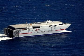 """El catamarán """"Alborán"""", a su salida ayer del puerto de Santa Cruz de La Palma"""