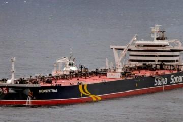"""El petrolero """"Montestena"""", maniobrando en la terminal marítima de CEPSA en Santa Cruz de Tenerife"""