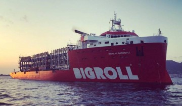 """El buque """"BigRoll Barentz"""", visto por la amura de estribor, en aguas de la bahía de Algeciras"""
