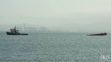 """La pontona semihundida, a remolque del """"A. Gaudí"""", a su llegada a Algeciras"""