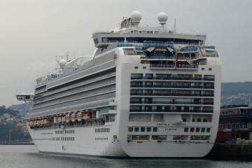 """El buque """"Emerald Princess"""", en su escala de ayer en el puerto de Vigo"""