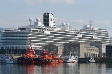 """El buque """"Koningsdam"""" ha sido hoy protagonista en el puerto de Vigo"""