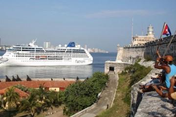 """El buque """"Adonia"""" enfila el canal de entrada del puerto de La Habana"""