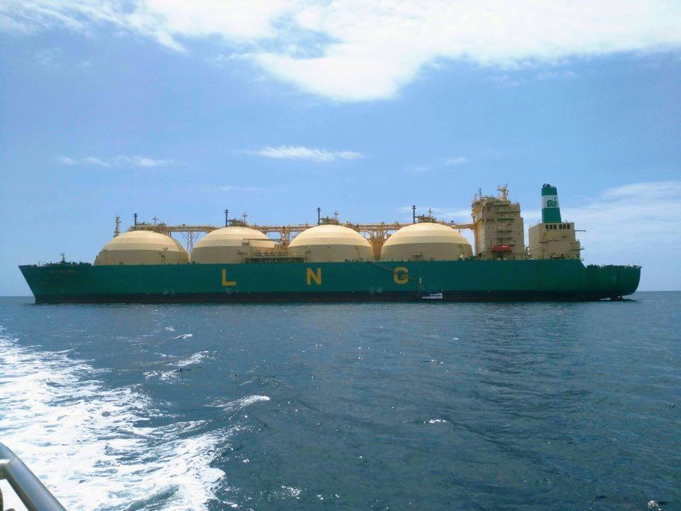 Impresionan estos buques gaseros de tanques esféricos