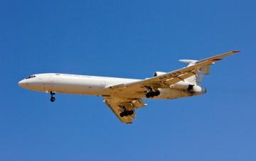 El avión es inconfundible. El ruido y el olor a keroseno ponen el resto