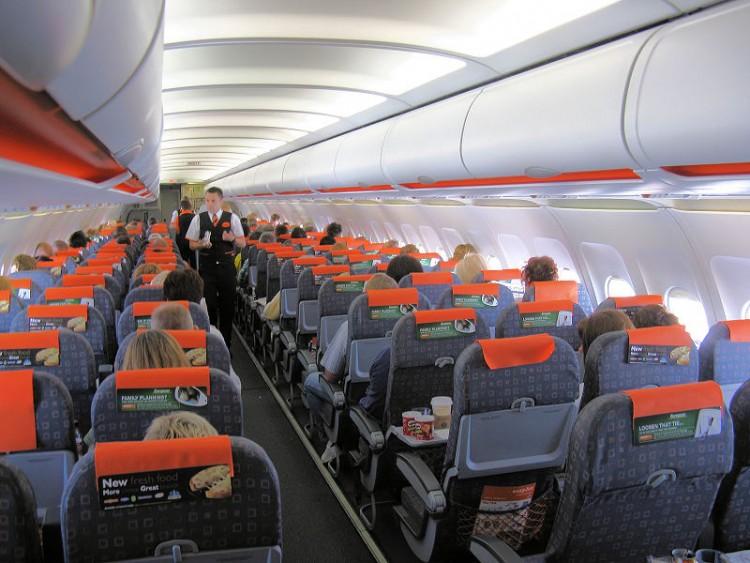 Interior de una cabina de avión A319 de Easyjet