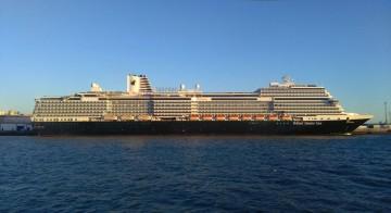 """El buque """"Koningsdam"""", visto en toda su eslora por la banda de estribor"""