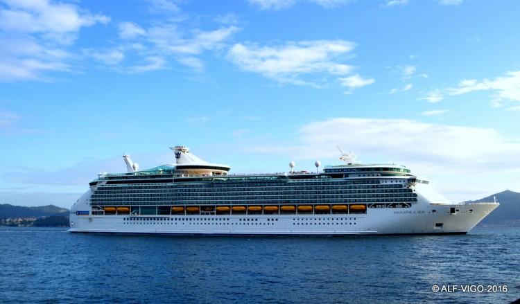 """El buque """"Navigator of the Seas"""", en toda su eslora, por la banda de estribor"""