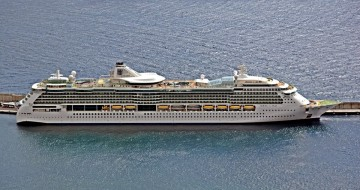 """El buque """"Jewel of the Seas"""", visto en toda su eslora por la banda de estribor"""
