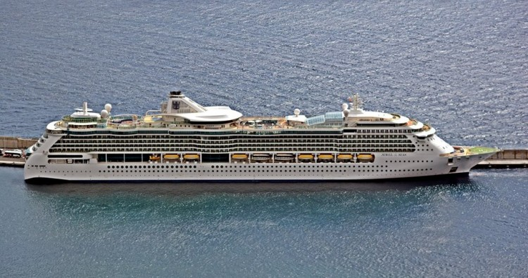 "El buque ""Jewel of the Seas"", visto en toda su eslora por la banda de estribor"