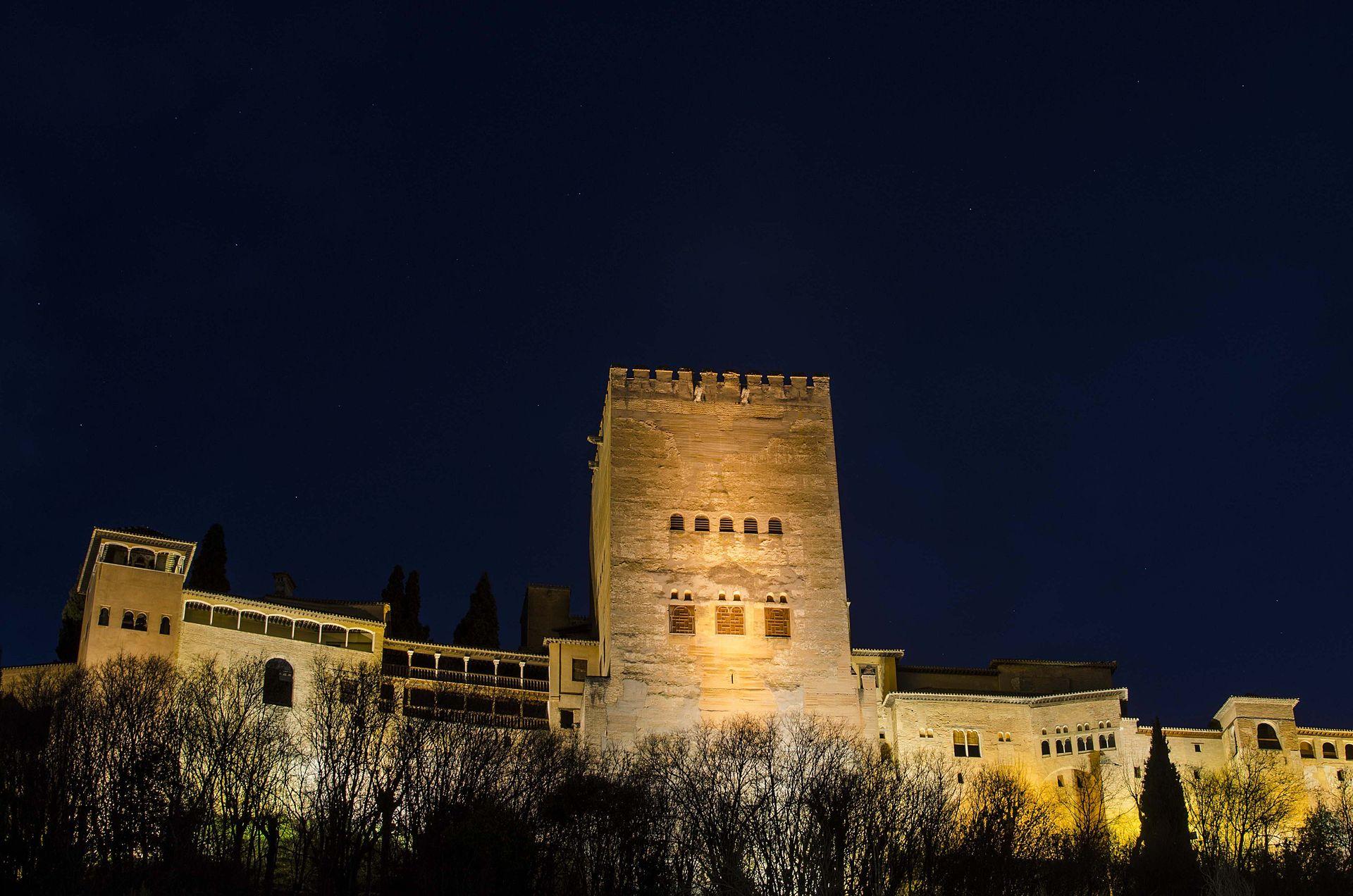 Torre de Comares al anochecer vista desde el paseo del padre Manjón