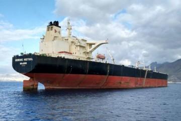 """El petrolero """"Nordic Miistral"""", en lastre, visto desde la aleta de estribor"""
