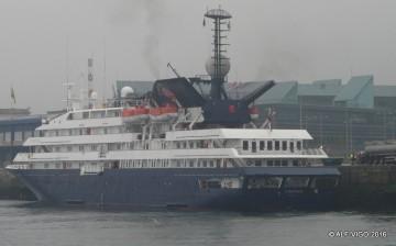 """El buque """"Corinthian"""", atracado en el muelle de trasatlánticos de Vigo"""