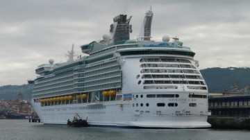 "El buque ""Navigator of the Seas"", atracado en el muelle de trasatlánticos de Vigo"
