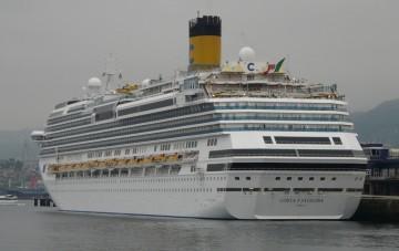 """El buque """"Costa Favolosa"""", visto por la aleta de babor"""