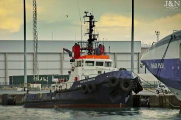 """El remolcador """"Sertosa Dieciocho"""", atracado en el puerto de Algeciras"""
