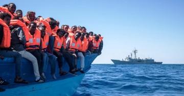 A los ocupantes de la ballenera se les dotó de chalecos para el momento del transbordo