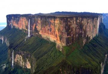 Cascadas en caída libre desde la cima del tepuy Roraima
