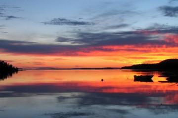 Puesta de sol en el lago Päijänne, desde la orilla de Sysmä