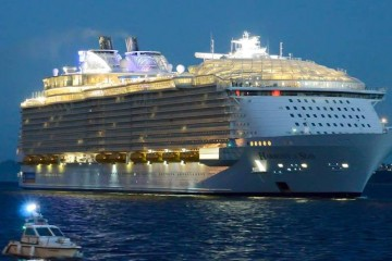 "Ell megacrucero ""Harmony of the Seas"" llegó al alba al puerto de Vigo"