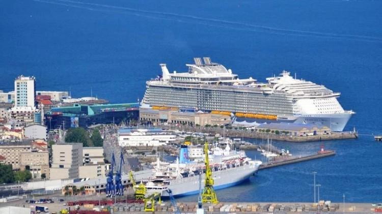 """Panorámica del puerto de Vigo con la presencia del mayor crucero del mundo, """"Harmony of the Seas"""""""