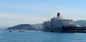 """El buque """"Queen Victoria"""", atracado ayer en el puerto de Vigo"""