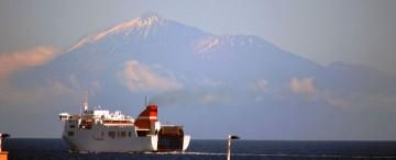 """El ferry """"Albayzin"""", a su salida del puerto de Santa Cruz de La Palma. Al fondo, El Teide majestuoso"""