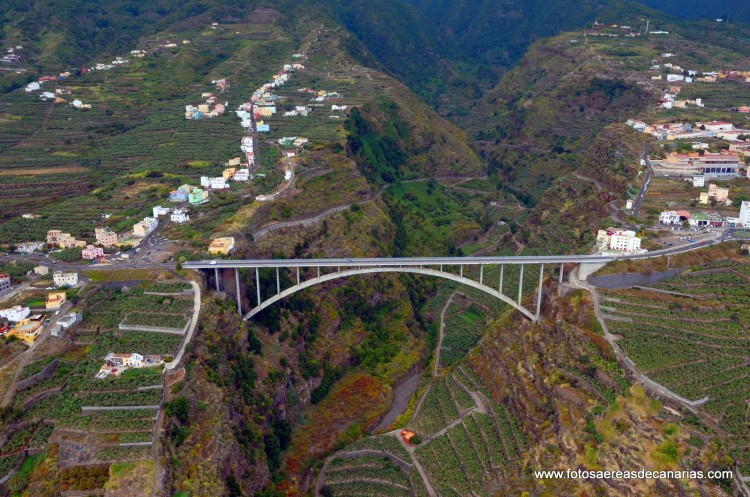 Magnífica vista aérea del puente de Los Tilos, emblema del siglo XXI en La Palma
