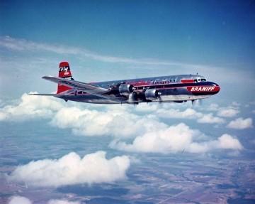 Magnífica fotografía de un avión Douglas DC-4 de Braniff en vuelo