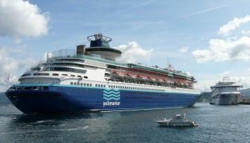 """Llegada del buque """"Monarch"""". Al fondo, atracado, el buque """"Ventura"""""""