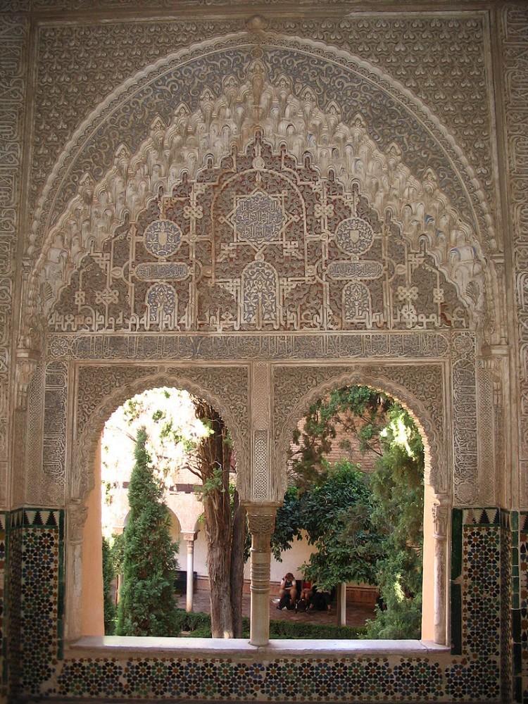 Decoración de una ventana  con arabescos de la Alhambra