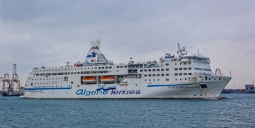 """Estampa marinera del ferry argelino """"El Djazair II"""", en el puerto de Valencia"""