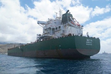 "El ""bulkcarrier"" liberiano ""Betis"", fondeado en Santa Cruz de Tenerife"