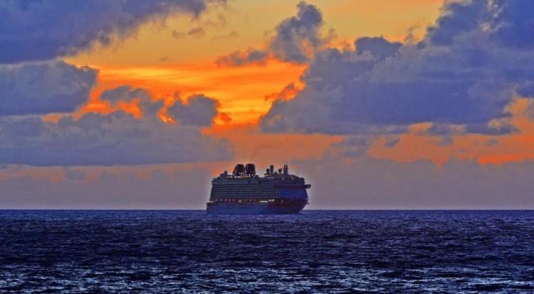 """Con este amanecer espectacular llegó esta mañana el buque """"Britannia"""" a La Palma"""