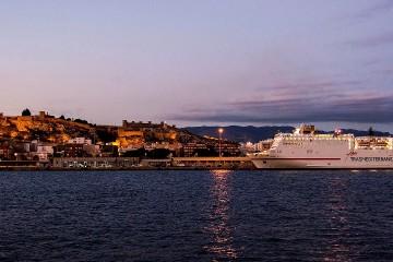 """El buque """"Sorolla"""", atracado en el puerto de Almería"""