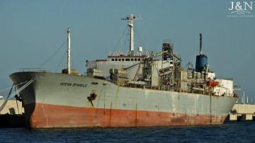 """El buque cementero """"Ocean Sparkle"""", en su amarre del puerto de Algeciras"""