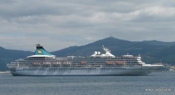 """Elegante estampa marinera del buque """"Artania"""", visto en toda su eslora por estribor"""
