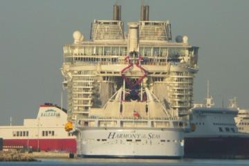 """Visto de popa. Por su proa, el ferry """"Visemar One"""", fletado por Balearia"""