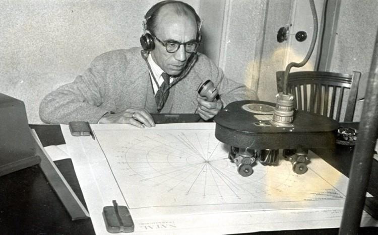 Telesforo Espinel, atento, sentado frente al primer simulador de vuelo de Iberia