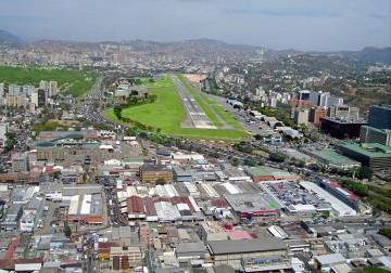 Panorámica de  la pista de aterrizaje y zona aeroportuaria de La Carlota