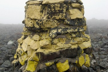 Monolito que señala el vértice geodésico del monte Halti