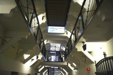 Los tres pisos y respectivas galerías se comunican entre sí por escaleras metálicas