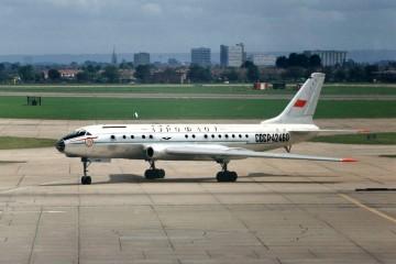 Avión Tupolev Tu-104A de Aeroflot, matrícula CCCP-42460, en Londres-Heathrow